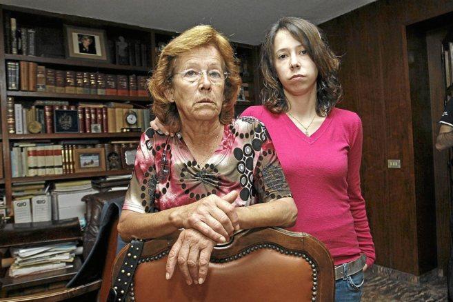 María del Carmen y su hija, en el despacho de su abogado en Alicante.