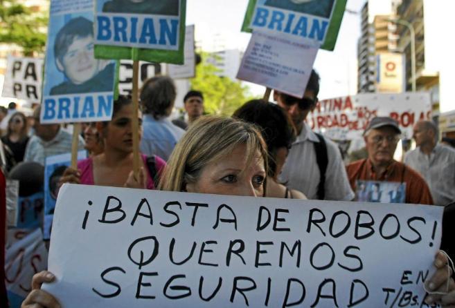 Una manifestante pide que se refuerce la seguridad en Argentina...