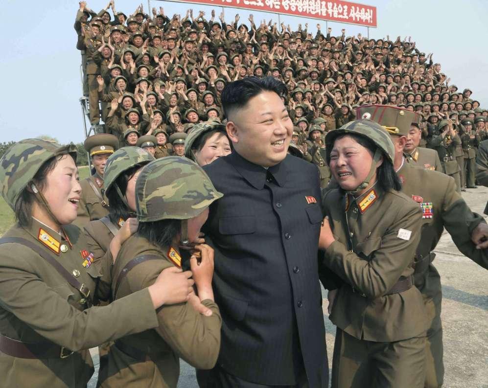 El líder norcoreano Kim Jong Un es visto en la puesta en marcha de...