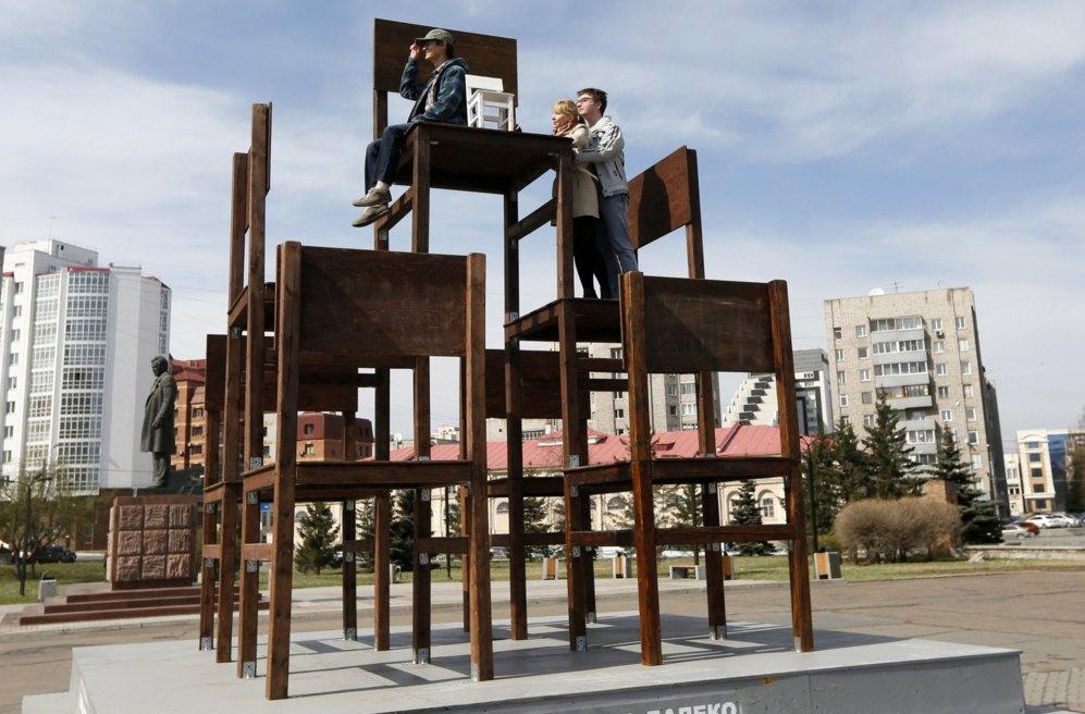 La gente se sube en una instalación de arte llamada 'Alto y Lejos'...