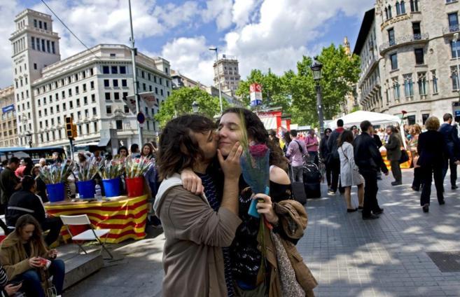 Una pareja celebra Sant Jordi en plaza Catalunya