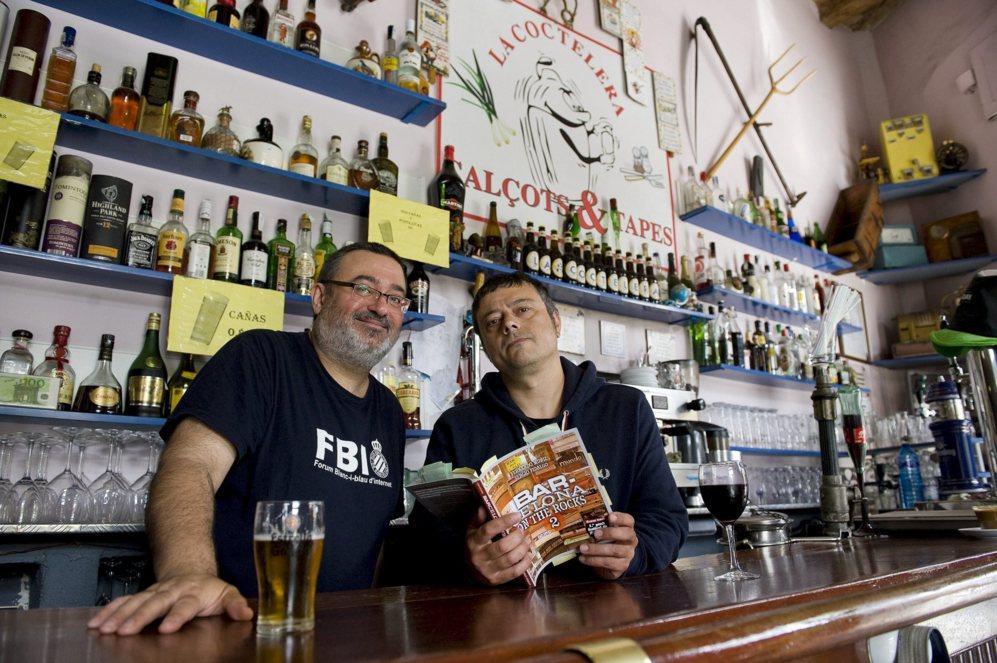 Sergio Fidalgo y Fernando Muñiz posan con su libro en La Coctelera.