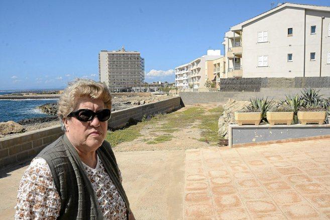 Catalina ante el muro que debe demoler. Al fondo, el resto de...