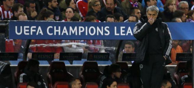 Mourinho, el pasado martes, en el banquillo del Calderón.