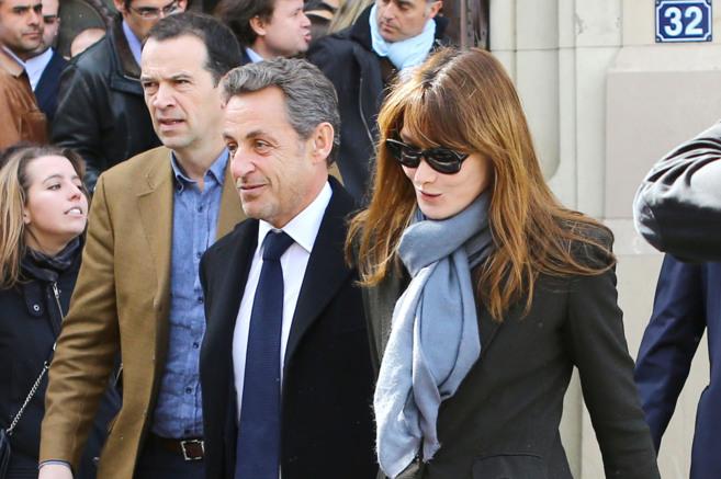 Bruni y Sarkozy, el mes pasado tras votar en las elecciones...