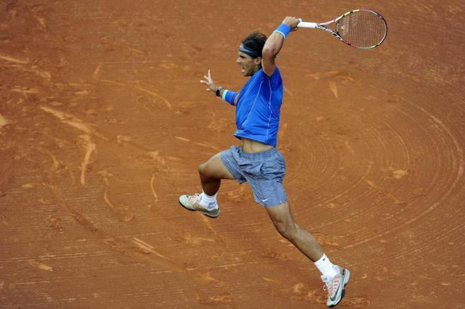 Rafa devuelve una pelota al tenista croata, Ivan Dodig.