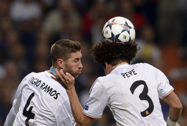 El central Pepe cabecea el balón en presencia de Sergio Ramos.