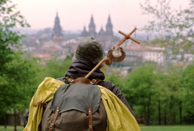Un peregrino vislumbra su meta en el Camino, la ciudad de Santiago de...