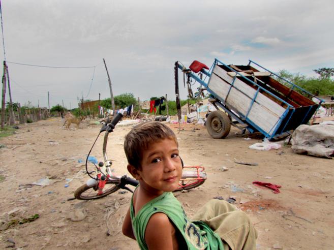 Un niño de una de las zonas más deprimidas del Bañado Sur