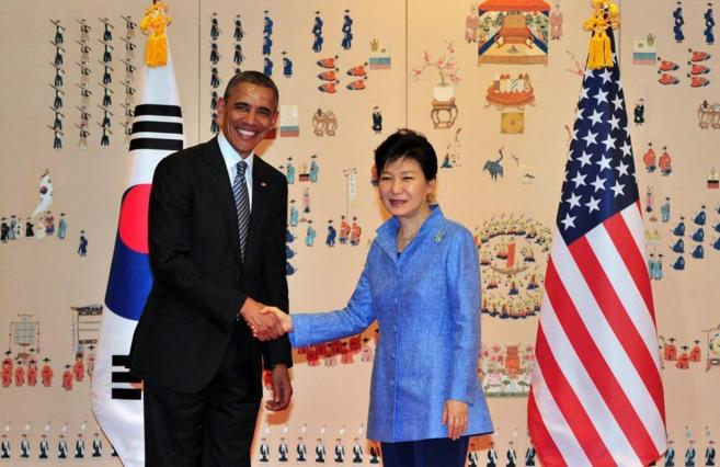 El presidente Obama saluda en Seúl a su homóloga surcoreana, Park...
