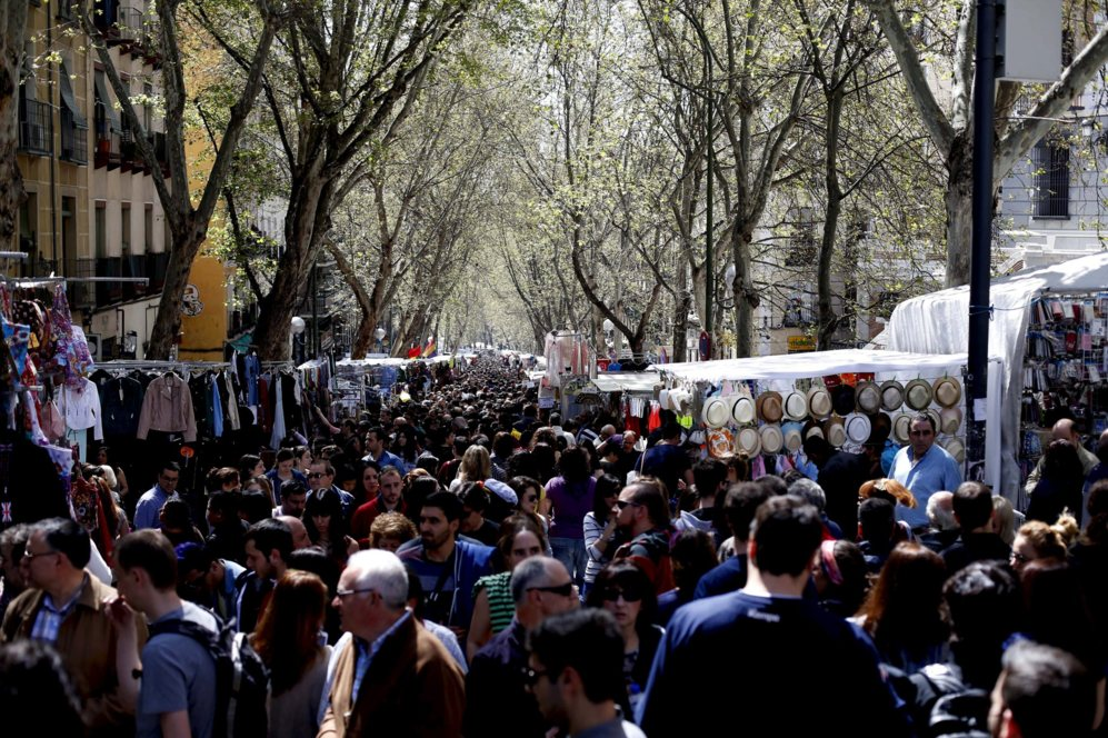 Multitud de madrileños y foráneos copan la Ribera de Curtidores a...