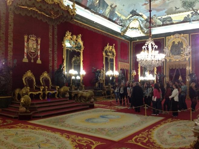 Un grupo de visitantes observa el Trono Real del Palacio de Oriente en...