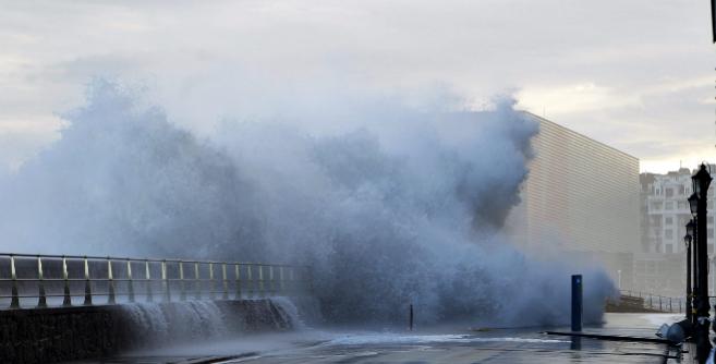 El fuerte oleaje golpeando San Sebastián en el último temporal.