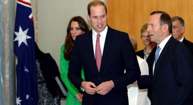 Abbott (d), con el príncipe Guillermo y su esposa durante su visita...