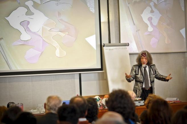 El matemático Jin Akiyama, presentando sus experimentos en Madrid.
