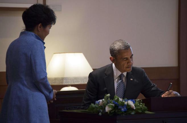 El presidente Obama firma el libro de invitados en la Casa Azul de...