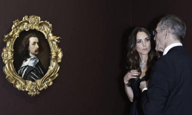 Kate Middleton ante el cuadro que pretendía comprar Petra Ecclestone.