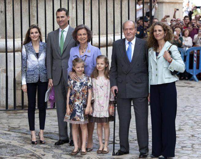 Los Príncipes de Asturias con sus hijas, los Reyes y la Infanta...