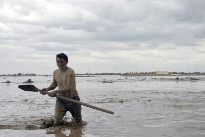 Un hombre cruza los campos inundados en la localidad de Sheberghan,...