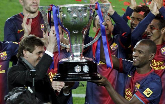 Tito Vilanova y Abidal levantan el trofeo de Liga de 2013.