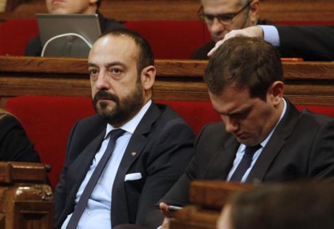 Jordi Cañas junto a Albert Rivera en el pleno del Parlament.