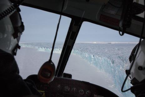 Los investigadores sobrevuelan en helicóptero el archipiélago para...