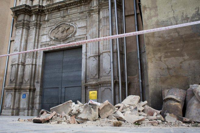 Cascotes originados por los desprendimientos de la fachada la pasada...