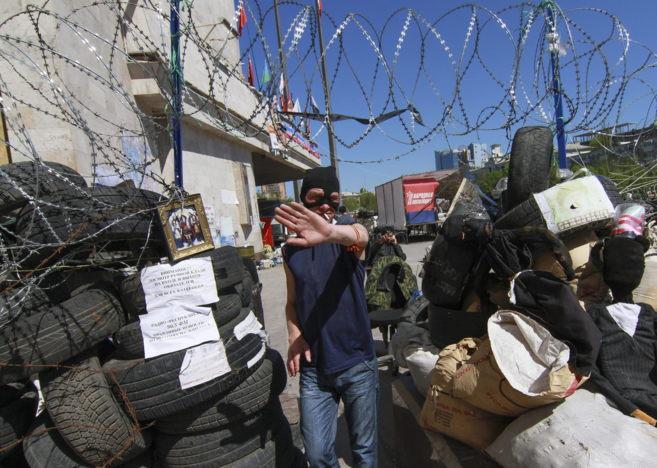 Manifestantes prorrusos, junto a una barricada en la localidad...
