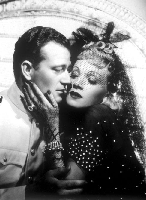 John Wayne y Marlene Dietrich, en 'De isla en isla'.