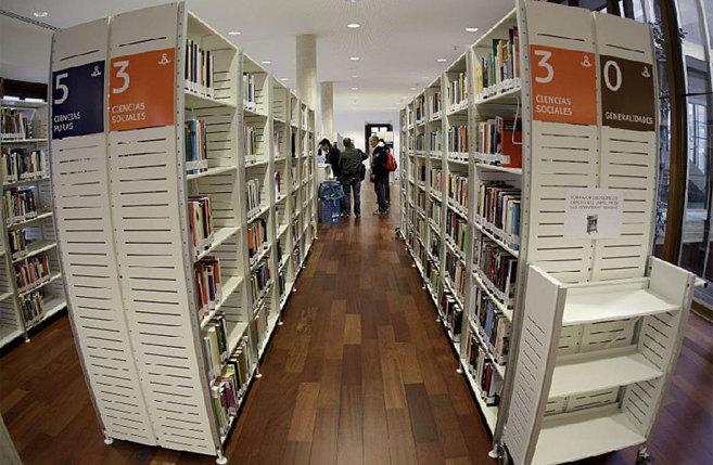 Interior de una biblioteca del centro de la capital.