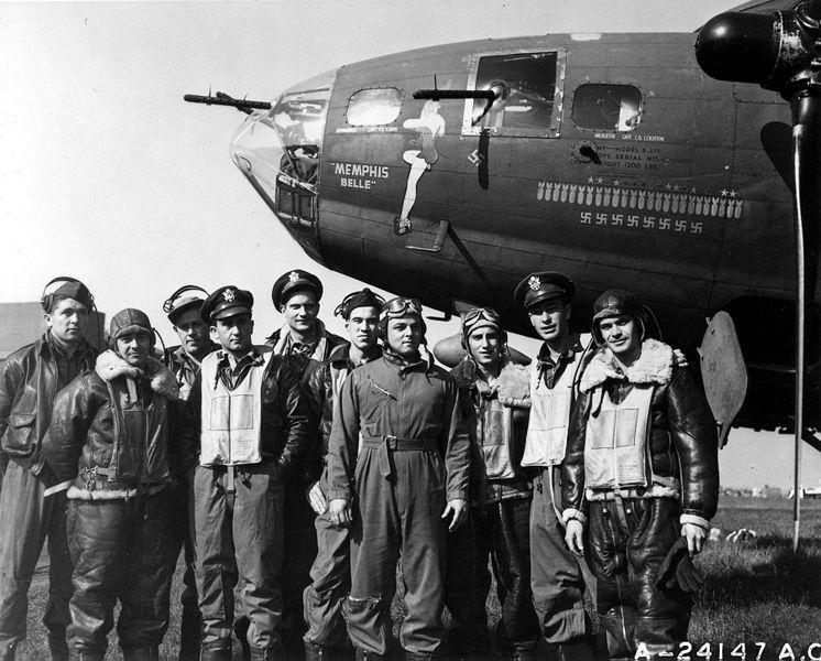 Los calendarios, muy populares en los 40, acompañaron a los soldados a la guerra. Bajo el ruido de las bombas, los combatientes miraban embelesados a esas mujeres colgadas en la pared,  que rebosaban sensualidad y optimismo. Se convirtieron casi en un amuleto patriótico. En la imagen, varios soldados posan frente al bombardero estadounidense Memphis Belle, que llevó a cabo 25 misiones de combate en 1943. En el morro del avión aparece una chica pin-up, diseño del artista George Petty.