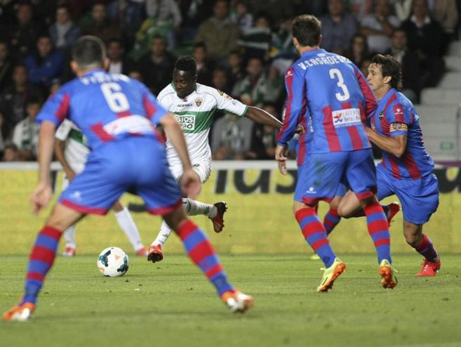 Boakye dispara a puerta ante Vyntra, Casadesús y Héctor Rodas.