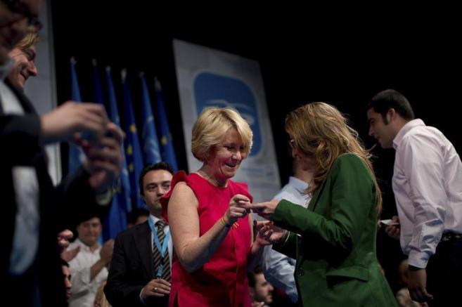 Esperanza Aguirre, presidenta del PP de Madrid, entrega el carnet a...