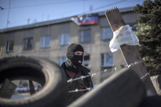 Un rebelde prorruso frente a una barricada en la ciudad de Donetsk.