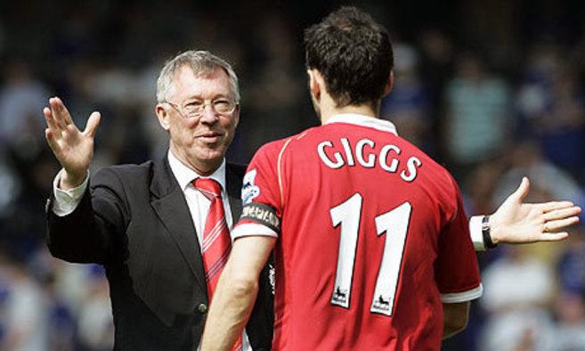 Ferguson abraza a Giggs durante un partido del United.