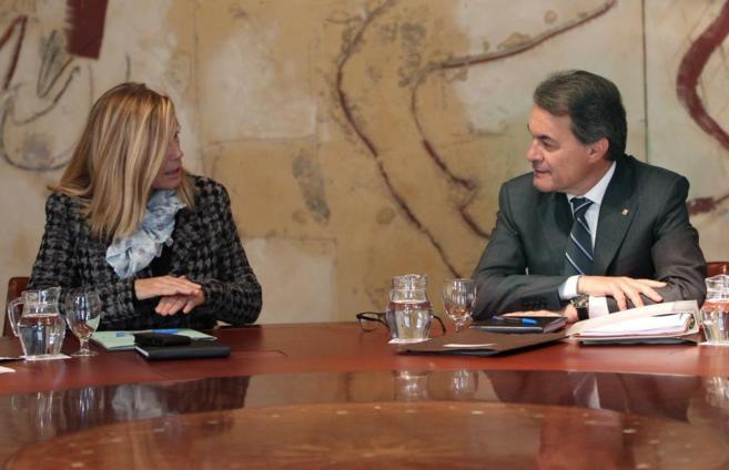 El presidente de la Generalitat, Artur Mas, junto a la vicepresidenta,...