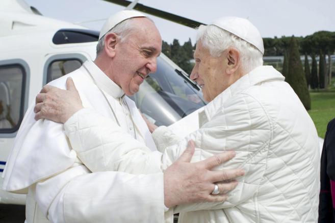 El Papa Francisco abraza a Benedicto XVI.