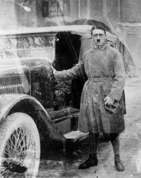 Hitler tras salir de la cárcel.
