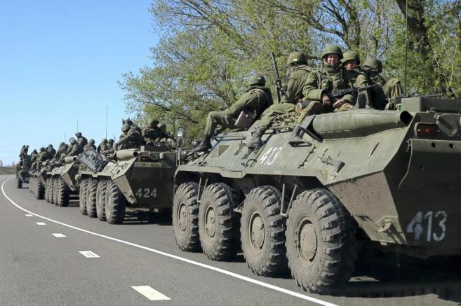 Tanques rusos se dirigen a la frontera ucraniana.