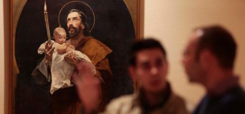 Dos visitantes en la exposición 'Las huellas de los jesuitas en...