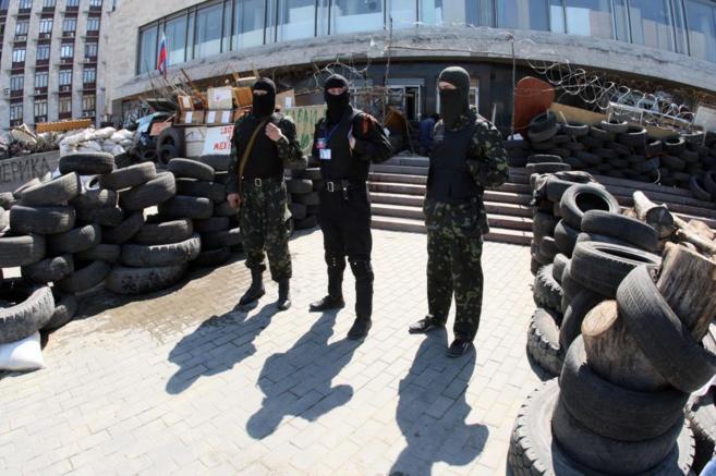 Activistas prorrusos custodian los edificios del gobierno regional en...