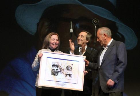 El alcalde de Gernika (c) tras hacer entrega de los premios a dos...
