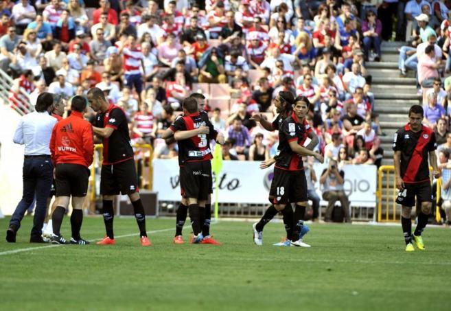 Los jugadores del Rayo celebran uno de los goles al Granada.