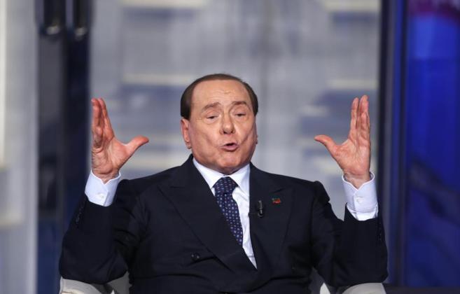 Berlusconi gesticula durante una aparición en la televisión RAI, el...