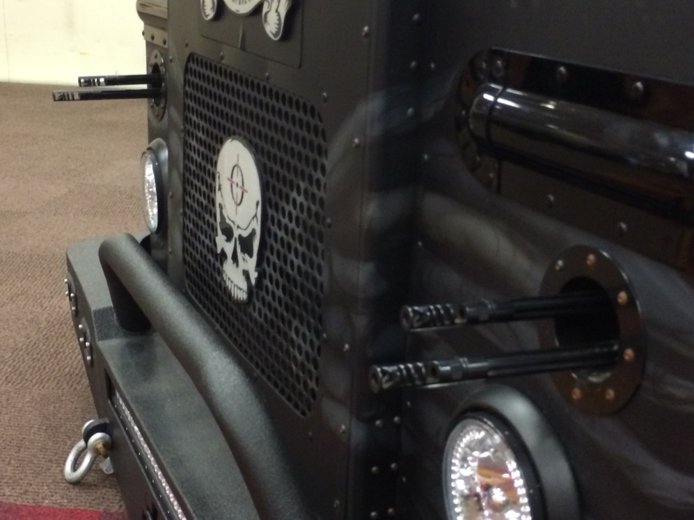 Una furgoneta 'customizada' con ametralladoras.