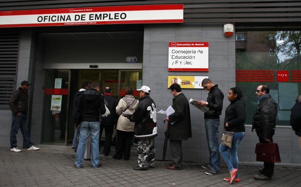 Un grupo de parados hace cola ante la oficina del Inem en Delicias.