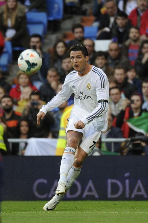 Cristiano Ronaldo golpea el balón en el partido ante Osasuna.