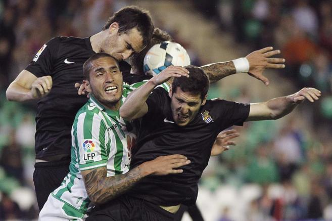Braian Rodríguez (c) salta a por el balón con Zaldúa (d) y Mikel...
