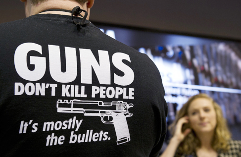 Un hombre con el lema 'Las armas no matan', en la...