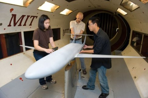 Estudiantes prueban el D-8 en el tunel de viento de los hermanos...